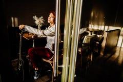 De Aziatische gitaar van het de mensenspel van gitaristartiist in koffie Royalty-vrije Stock Fotografie
