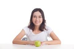 De Aziatische groene appel van de vrouwengreep Stock Foto's
