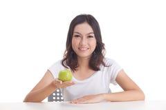 De Aziatische groene appel van de vrouwengreep Royalty-vrije Stock Foto's