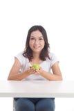 De Aziatische groene appel van de vrouwengreep Stock Foto