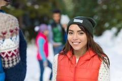 De Aziatische Groep die van Forest Happy Smiling Young People van de Vrouwensneeuw de Openluchtwinter lopen Stock Afbeeldingen