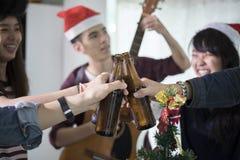 De Aziatische groep vrienden die partij met alcoholisch bier hebben drinkt a Royalty-vrije Stock Afbeelding