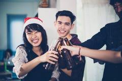 De Aziatische groep vrienden die partij met alcoholisch bier hebben drinkt a Royalty-vrije Stock Foto's