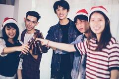 De Aziatische groep vrienden die partij met alcoholisch bier hebben drinkt a Stock Afbeeldingen