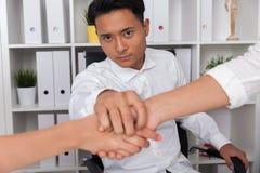 De Aziatische handen van de mensenholding met twee collega's Stock Foto's