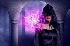 De Aziatische heksenvrouw toont magische pentagram in zijn hand Royalty-vrije Stock Foto