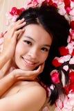 De Aziatische het glimlachen van het schoonheidsMeisje close-up met nam toe Stock Afbeeldingen