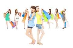 De Aziatische het winkelen zakken van de de holdingskleur van de vrouwengroep royalty-vrije stock afbeeldingen