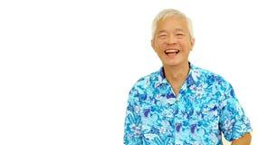 De Aziatische hogere kerel op het blauwe overhemd die van Hawaï op wit lachen isoleert stock fotografie