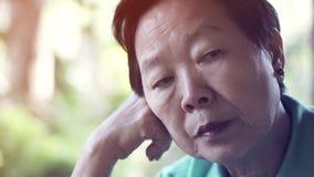 De Aziatische hogere uitdrukking die van de bejaardezorg over het leven denken royalty-vrije stock foto