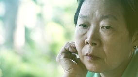 De Aziatische hogere uitdrukking die van de bejaardezorg over het leven denken royalty-vrije stock afbeeldingen