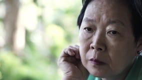 De Aziatische hogere uitdrukking die van de bejaardezorg over het leven denken stock foto