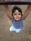 De Aziatische Indische hangende schommeling die van de todderjongen pret heeft Royalty-vrije Stock Foto's