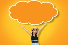 De Aziatische jonge meisjeshand in de lucht met spatie denkt omhoog wolk Royalty-vrije Stock Afbeeldingen
