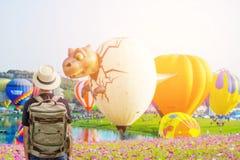 De Aziatische jonge mens is geniet van lettend Ballon op Festival royalty-vrije stock fotografie
