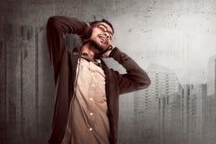 De Aziatische jonge mens luistert aan muziek via hoofdtelefoon Stock Fotografie