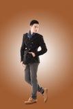 De Aziatische jonge mens voelt koud Stock Foto