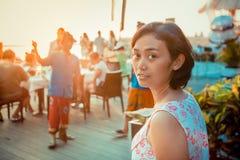 De Aziatische jonge vrouw geniet van tropische toevlucht stock afbeeldingen
