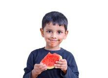de Aziatische jongen die van het 3 jaarzuiden etend watermeloen genieten van Royalty-vrije Stock Foto
