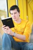 De Aziatische jongen leest bijbel royalty-vrije stock afbeelding