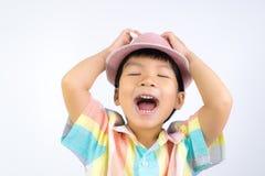 De Aziatische jongen met een Hoed zingt uit luid lied stock foto