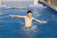 De Aziatische jongen zwemt in pool Stock Fotografie