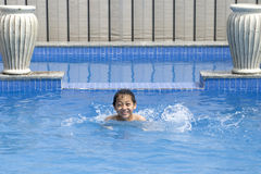 De Aziatische jongen zwemt in pool Royalty-vrije Stock Afbeeldingen