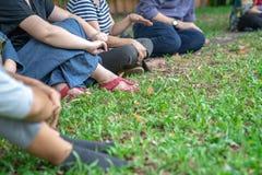 De Aziatische kerels in de tuinworkshop en hebben samen gehandeld royalty-vrije stock fotografie