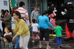 De Aziatische Kinderen nemen aan het spel deel Stock Foto's