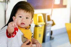 De Aziatische kindjongens richt innocently vingers Stock Foto's