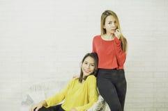 De Aziatische lesbische vrouwenlgbt lesbiennes die gele en rode overhemden, lang haar, post dragen stelt, gelukkig nemend beelden stock afbeeldingen