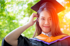 De Aziatische leuke graduatie van het vrouwenportret met groene aardachtergrond Royalty-vrije Stock Foto