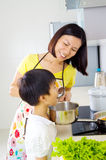 De Aziatische Levensstijl van de Familiekeuken Stock Foto's