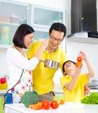 De Aziatische Levensstijl van de Familiekeuken Royalty-vrije Stock Foto's