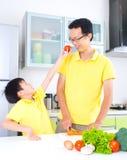 De Aziatische Levensstijl van de Familiekeuken Stock Afbeeldingen