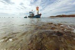 De Aziatische lokale vissersboot op de kust in Mui Ne-dorp, Vietnam stock afbeelding