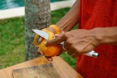 De Aziatische mango van de meisjesschil, Indonesië, Bali Stock Foto