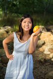De Aziatische mango van de vrouwenholding Stock Afbeeldingen