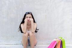 De Aziatische maniervrouw heeft droevig, ongelukkig en vermoeid met het winkelen zak stock fotografie