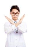 De Aziatische mannelijke arts zegt geen kruis zijn wapen Stock Fotografie