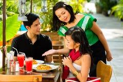 Aziatische man en vrouw in restaurant stock foto's