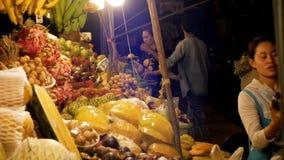 De Aziatische Markt van het Nachtvoedsel met Exotische Vruchten en Groenten thailand Jomtien, Pattaya stock video
