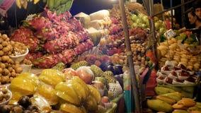 De Aziatische Markt van het Nachtvoedsel met Exotische Vruchten en Groenten thailand Jomtien, Pattaya stock videobeelden