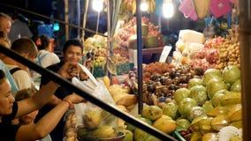 De Aziatische Markt van het Nachtvoedsel met Exotische Vruchten en Groenten thailand Jomtien, Pattaya stock footage