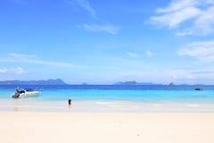 De Aziatische meisjes van het toeristenstrand op het strand Stock Foto