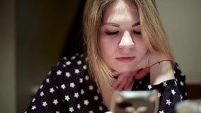 De Aziatische meisjesvrouw typt tekst in smartphone geconcentreerd gezicht stock video