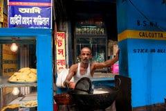 De Aziatische mens bereidt eenvoudig straatvoedsel voor openlucht Stock Fotografie