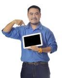 De Aziatische mens in blauw overhemd toont tablet Royalty-vrije Stock Afbeelding
