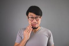 De Aziatische mens bracht het geheim ertoe om te winnen stock foto