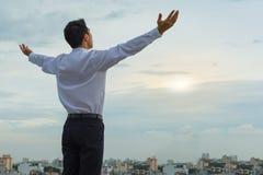 De Aziatische mens die zijn ochtend op beginnen aan-is succesvolle dag Royalty-vrije Stock Fotografie